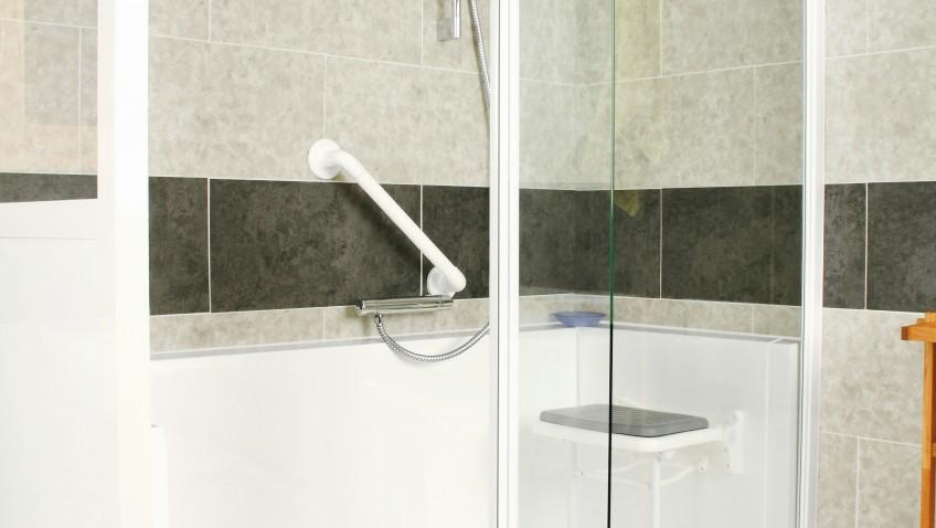 Une douche à la place de la baignoire