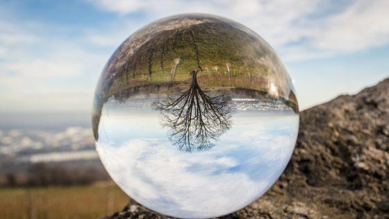 La voyante médium, une extralucide qui a le don de voir l'avenir et de communiquer avec les morts